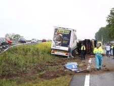 Vrachtwagen crasht op afrit A28: chauffeur 'maakt het goed'