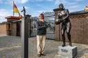 Szekeres, met links de miniatuurversie van een Halle-beeld. Een beeltenis van Leo Halle is voortaan ook aanwezig in de bokalen die worden uitgereikt bij de Deventer Sportverkiezing.