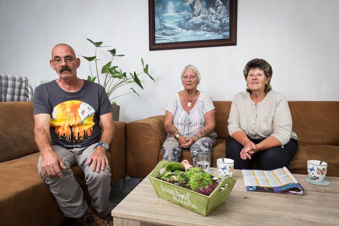 Tilly Tijssen (Midden) heeft ernstige ruzie met haar buurvrouw. Links en rechts Fred van de Hoek en Lies Struikman (in hun eigen huis) die bevriend zijn met Tilly en zelf ook ruzie hebben met hun buren.