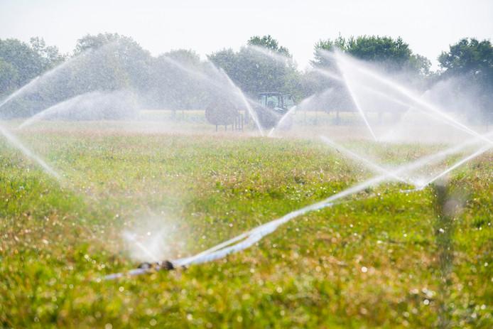 Boeren beregenen hun gewassen.