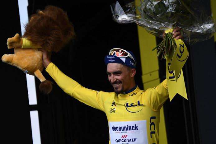 Julian Alaphilippe mag na zijn ritzege de gele trui aantrekken.