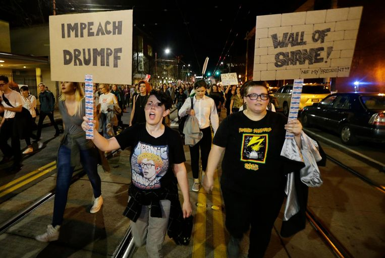 Een dag nadat Trump werd verkozen gingen demonstranten al de straat op om een afzettingsprocedure te eisen. Beeld ap