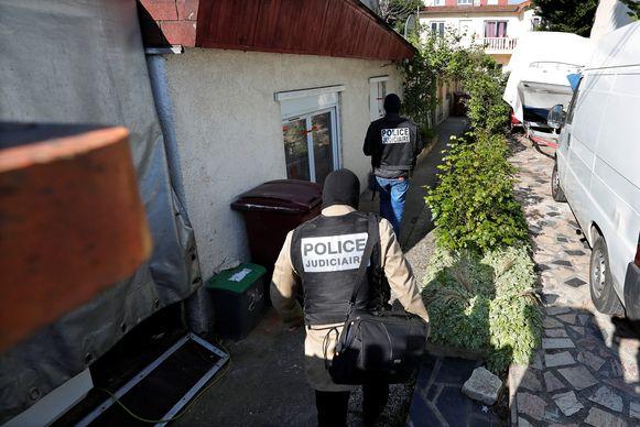 Franse politie vanochtend bij het huis van de schutter in Chelles, een voorstad van Parijs.