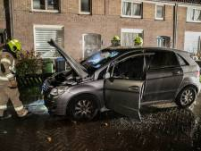 Autobrand in stromende regen in Arnhem