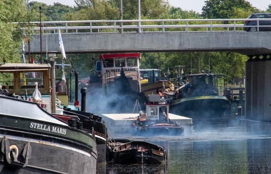 Het drijvend terras werd met een duw- en sleepboot vervoerd.