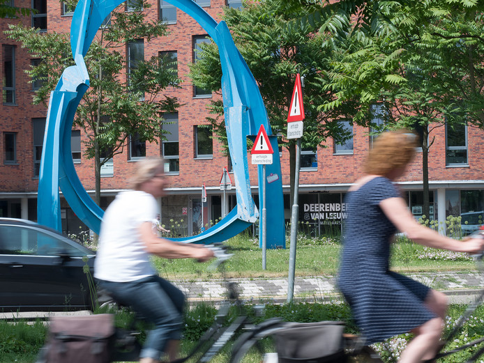 Alphen aan den Rijn - Raoul Wallenbergplein: A dark limousine exit