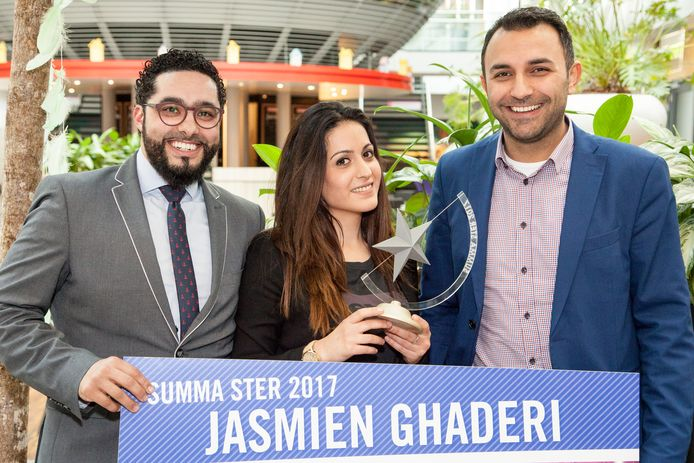 Summa Ster Jasmien Ghaderi geflankeerd door wethouder Yasin Torunoglu (rechts) en presentator Mounir Toub (kok bij 24Kitchen en docent bij Summa Horeca) van de Sterrenavond. Foto Hans Dehing