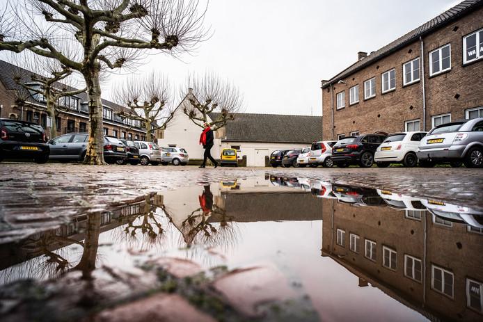 De Aloysiusschool (rechts) en de voormalige raadszaal (witte pand) aan de Lange Kerkstraat in Huissen. Zal het er hier over drie jaar heel anders uitzien, of lopen de bouwplannen weer op niets uit?