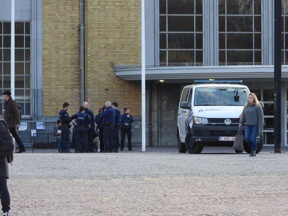De politie houdt extra controle aan het Brugs station