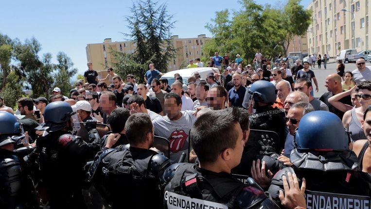 In de stad Bastia meldden zich zo'n vijfhonderd boze burgers voor het kantoor van de prefect. Beeld afp