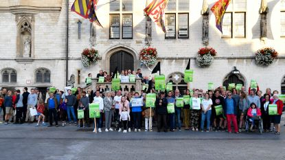 Massaal protest tegen nieuwe windturbines aan stadhuis, actiecomité Weet Wat Waait krijgt woord tijdens gemeenteraad