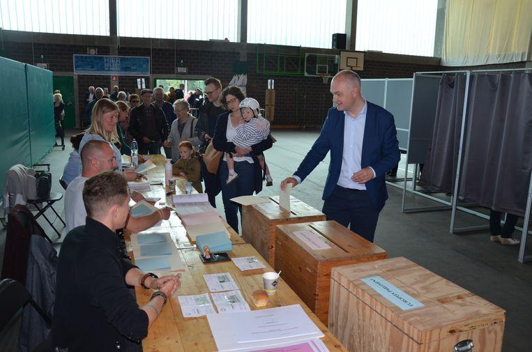 Björn Rzoska (Groen) bracht zijn stem uit in de sporthal van Eksaarde (Lokeren).