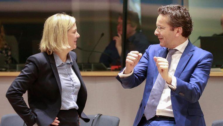 Eurovoorzitter Jeroen Dijsselbloem in gesprek met de Zweedse minister Magdalena Andersson in Brussel. Beeld epa