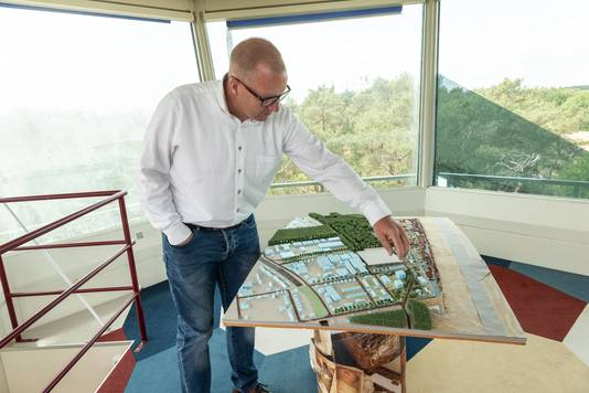 Projectleider Arne Swart bij een maquette van de nieuwe wijken, bovenin de verkeerstoren.