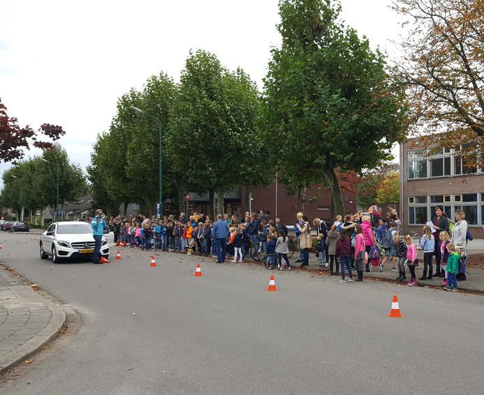 Ouders en kinderen uit Prinsenbeek luisteren naar de remspecialist van Veilig Verkeer Nederland.