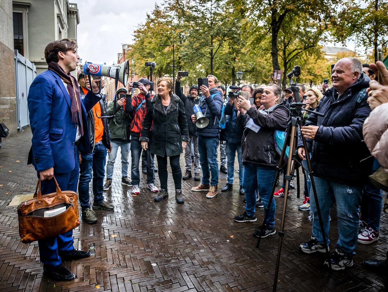 FvD-leider Thierry Baudet spreekt demonstranten toe die demonstreren tegen de coronawet op het Plein.  Beeld ANP