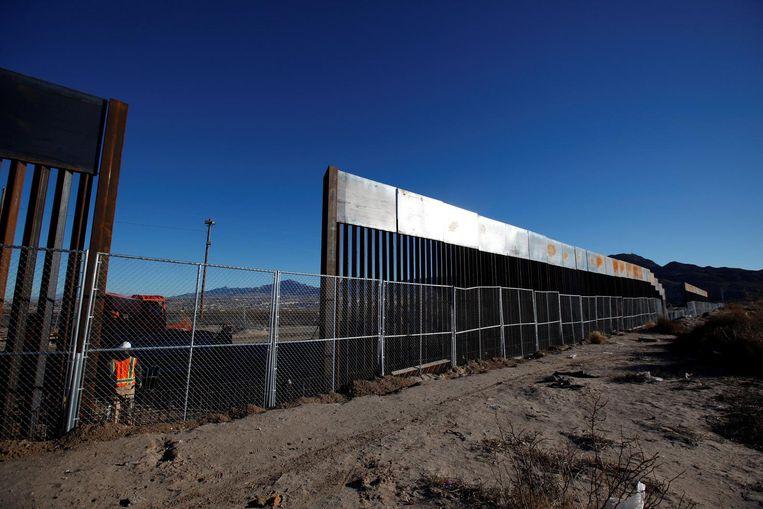 Deel van een nieuw stuk hekwerk langs de Mexicaanse grens. Beeld reuters