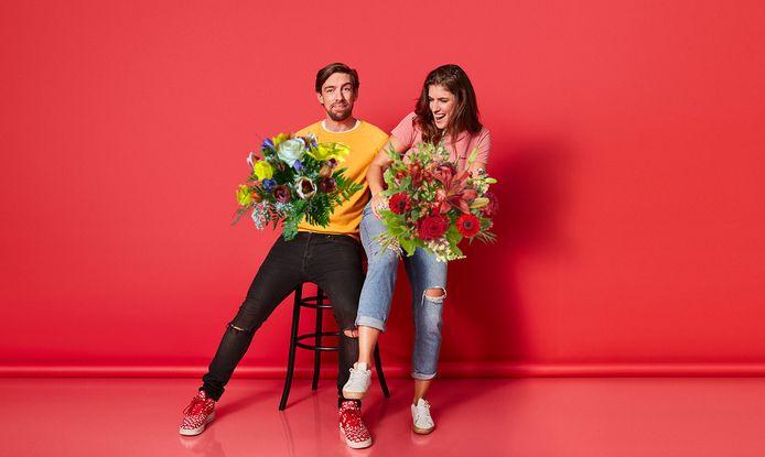 Mattie en Marieke geven bloemen weg.