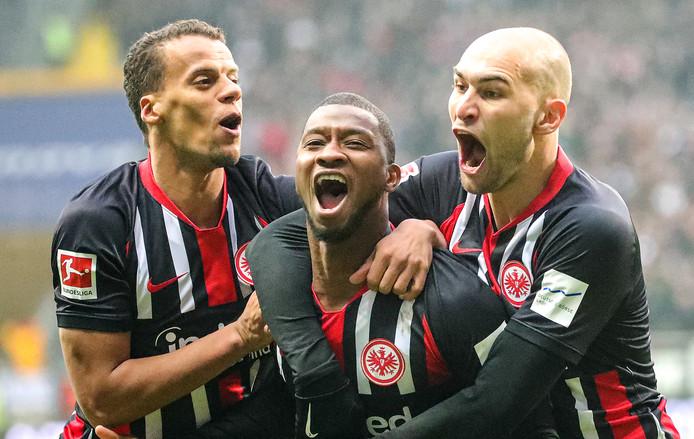 Almany Touré viert met Timothy Chandler (links) en Bas Dost (rechts) zijn schitterende treffer.