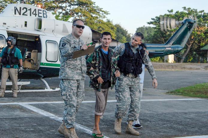 Warren Rodwell na zijn vrijlating, in maart 2013, met Filipijnse militairen.