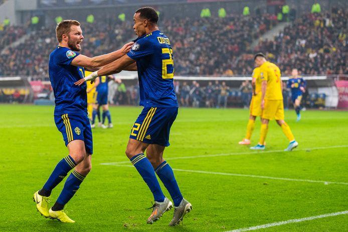 Sebastian Larsson viert de goal van Robin Quaison (rechts).