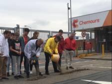 Politieke partijen brengen emmertjes gevuld met 'vervuilde grond terug naar Chemours'