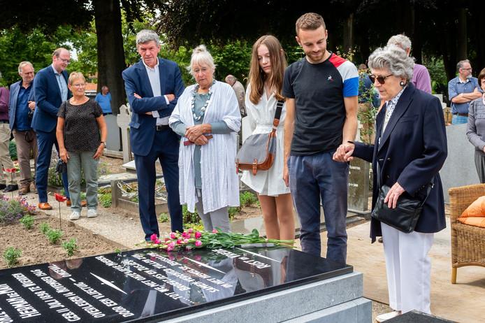 Maria Boserup-de Man, de 93-jarige in Denemarken wonende dochter van schrijver Herman de Man, samen met haar kleinkinderen Julian en Nana Boserup bij het gerestaureerde graf.