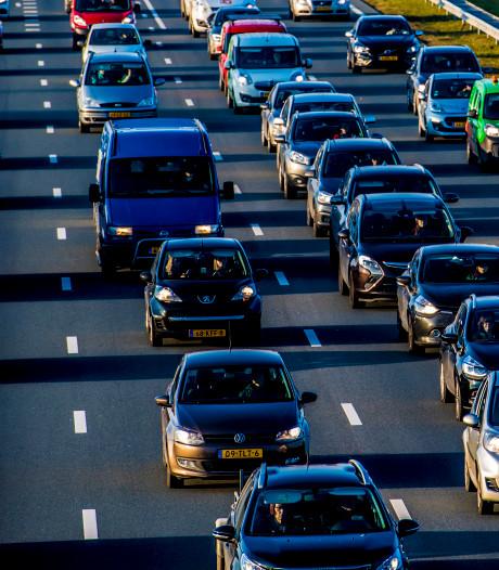 A50 bij Ravenstein weer vrij richting Arnhem, file neemt af na ongeluk met vier auto's