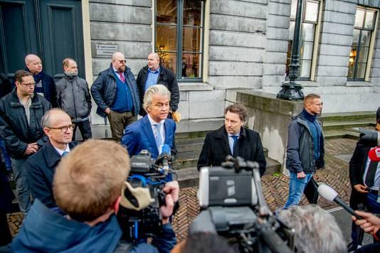 Rob Jansen (rechts achter Wilders, in blauw overhemd) trekt zich terug als kandidaat.