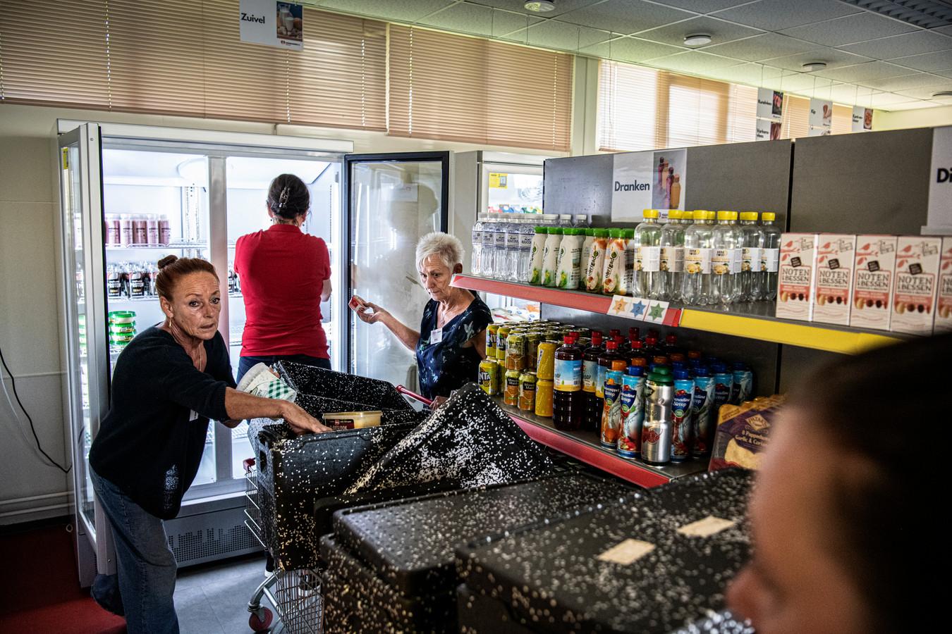Al 35 gezinnen maken gebruik van de voedselbank in Druten. Het aantal klanten ligt, tweeënhalve maand na de opening, hoger dan de initiatiefnemers hadden verwacht.