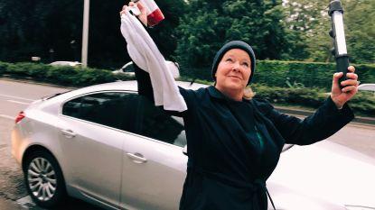 """Longpatiënte Lieve dirigeert 50ste en laatste 'balkonconcert' in de Parklaan: """"Samen zongen we de angst voor corona weg"""""""