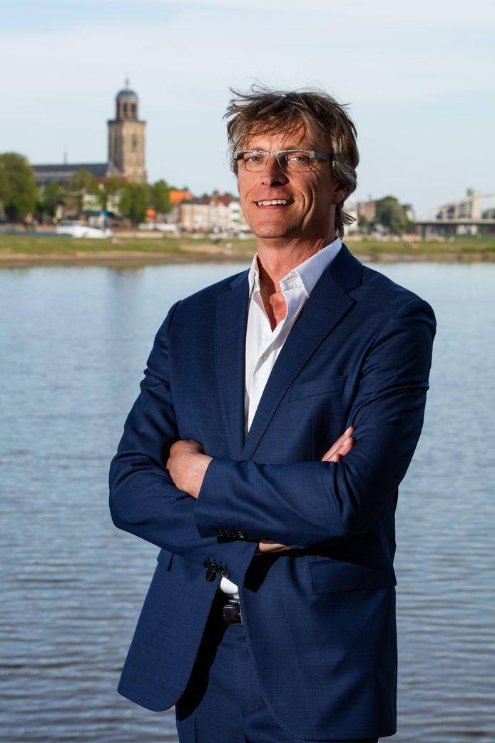 Dirk-Siert Schoonman, hier poserend aan de IJssel bij Deventer, is voorgedragen als nieuwe dijkgraaf voor Waterschap Drents Overijsselse Delta.