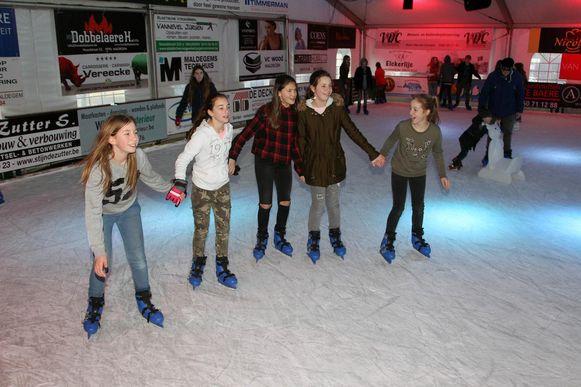 Hand in hand schaatsen deze meisjes een rondje op de piste.