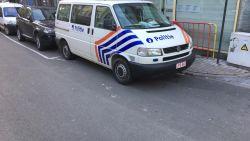 Agenten lappen parkeerregels aan hun laars en laten bankkaarten op passagierszetel slingeren