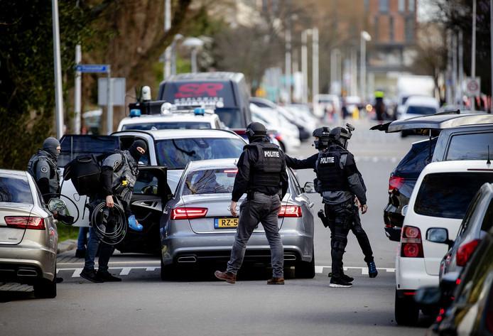 De politie viel na de aanslag op het 24 Oktoberplein op veertien plekken in Utrecht woningen binnen, zoals hier in de omgeving van de Trumanlaan.