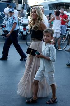 Sylvie verrast jarige Damián met voetbalfeestje