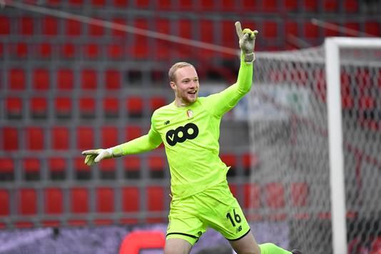 Doelman Arnaud Bodart viert zijn treffer namens Standard Luik.
