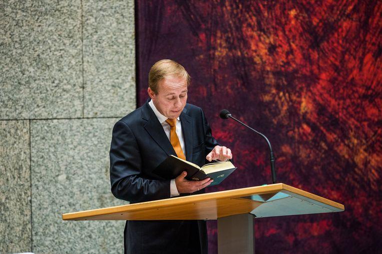 SGP-voorman Kees van der Staaij, een van de ondertekenaars van de verklaring, leest in de Tweede Kamer voor uit de bijbel. Beeld Freek van den Bergh