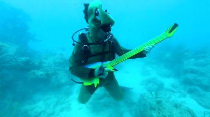 Niet het alledaagse optreden: duikers spelen 'Yellow Submarine' op de zeebodem