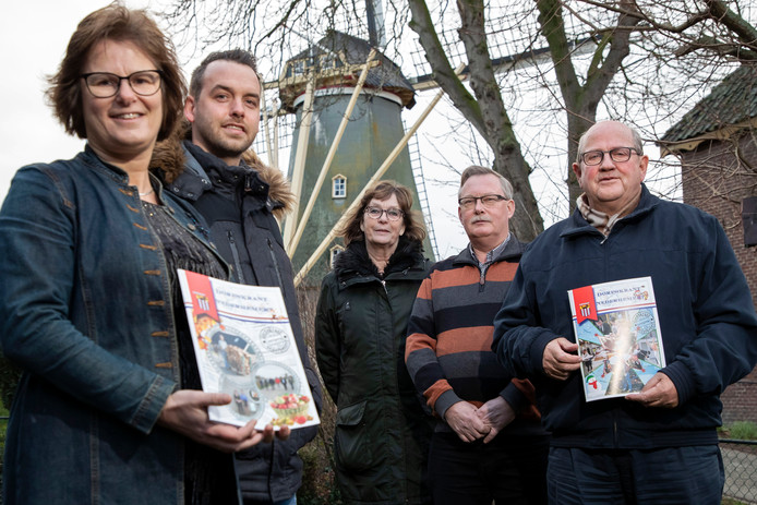 Een mijlpaal voor de dorpskrant in Nederhemert: de 25ste editie is gepresenteerd. Vlnr. Gerda Rooijman, RenŽ van de Werken, Willemien Hobo, Wim van der Toorn en Dirk Brugmans.