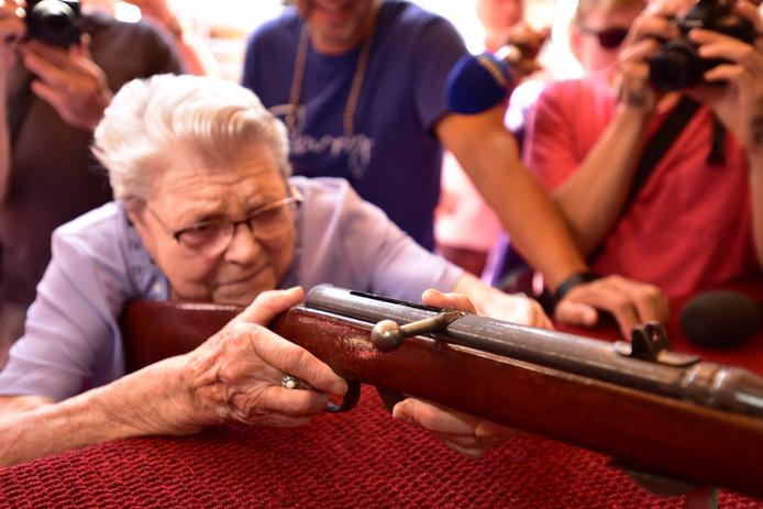 Ze richt en ze schiet.