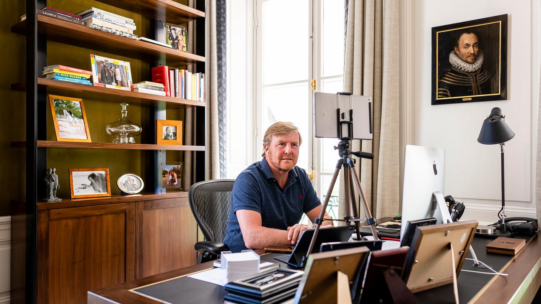 De werkkamer van koning Willem-Alexander, met op de achtergrond het portret van Willem van Oranje.