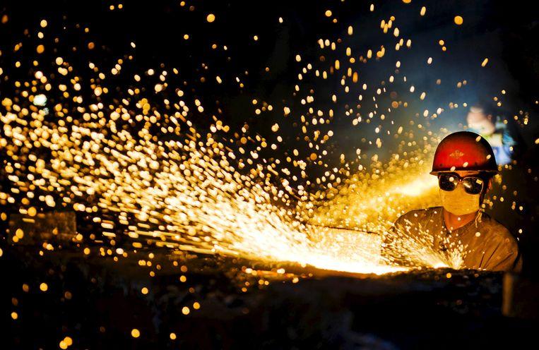 Een staalarbeier in een fabriek in Luoyang, China.  Beeld Reuters