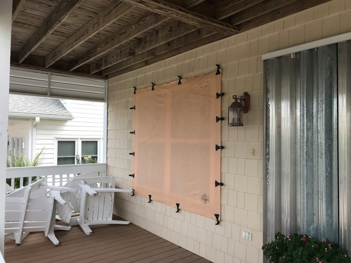 Stalen platen voor de deuren en doek voor de ramen moeten het huis van Gerard ter Wee beschermen tegen de orkaan.