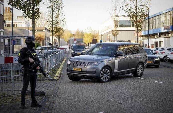 Beveiligde auto's komen aan bij de bunker, de extra beveiligde rechtbank in Amsterdam Osdorp, voor het Marengo-proces.