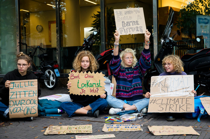 Scholieren staken, in navolging van het Zweedse meisje Greta, voor het gebouw van de Tweede Kamer. Ze vragen met deze spijbelstaking aandacht voor het klimaat.