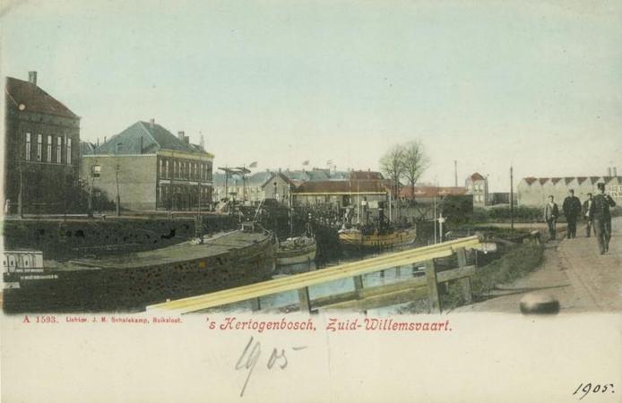 De Zuid-Willemsvaart ter hoogte van de Kop van de Haven (1905). Links aanleg- en losplaats. Op de achtergrond in het midden de Boombrug en het brugwachtershuisje, met daarachter de douaneloods. Rechts op de achtergrond ijzergieterij George Dufay en Zn.