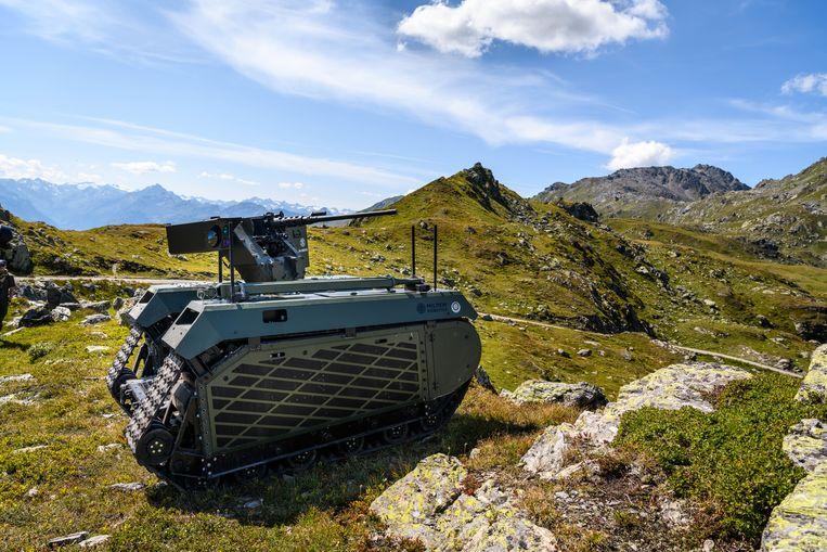 De Milrem met een machinegeweer in de Oostenrijkse bergen. Beeld Defensie