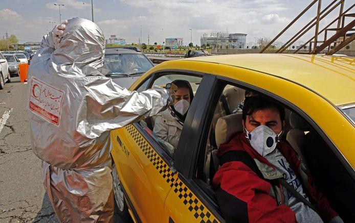Het Iraanse Rode Kruis controleert automobilisten op het coronavirus.