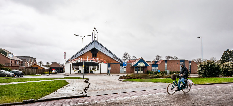 Snack-Plaza Willem de Boer, waar de vechtpartij begon, ligt naast een kerkelijk centrum in Urk.   Beeld Raymond Rutting